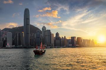 Blick auf den Victoria Harbour und die Skyline von Hong Kong bei Sonnenuntergang
