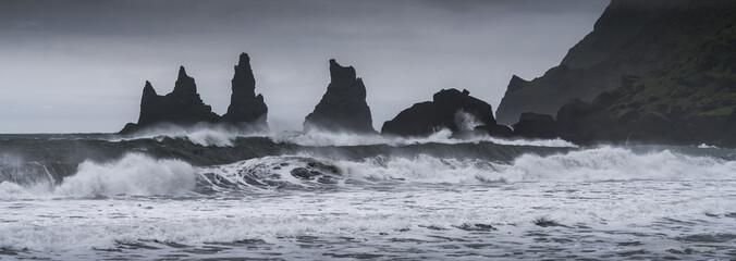 Reynisdrangar Felsen - Vik - island - steil aus dem stürmischen Wasser aufragende Felsen bei starker Brandung und Wellengang