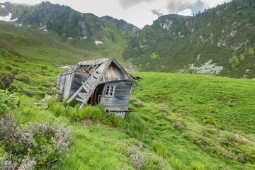 verfallene Hütte in den Bergen Wall mural