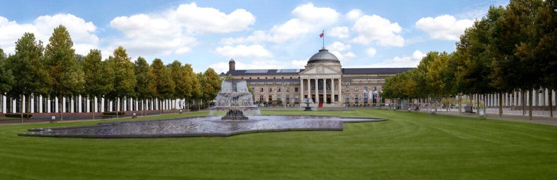 Kurhaus Wiesbaden (Health Spa) und Bowling Green im Sommer mit Springbrunnen und Panorama Blick
