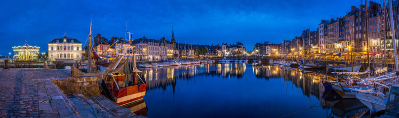 Panoramic view at dusk of the beautiful Honfleur harbour, which offers many fine restaurants overlooking the water Fotomurales
