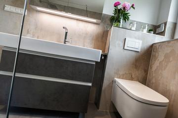 Modernes Badezimmer, Toilette und Waschbecken