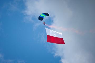 Spadochroniarz z flagą Polski