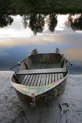 Лодка с веслами.