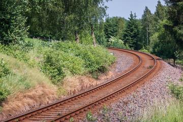 Eisenbahngleise im ländlichen Raum