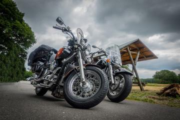 Motorräder vor dramatischem Himmel