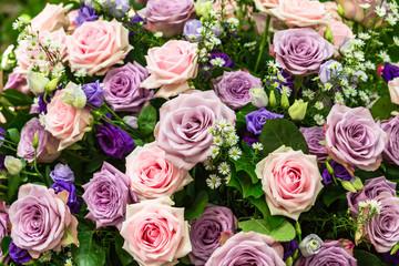 Strauss mit rosa und blauen Rosen
