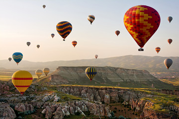 Photo sur Plexiglas Montgolfière / Dirigeable The great tourist attraction of Cappadocia - balloon flight. Cappadocia is known around the world as one of the best places to fly with hot air balloons. Goreme, Cappadocia, Turkey