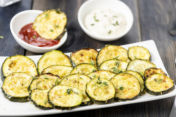 Fototapete - zucchini chips and sauces