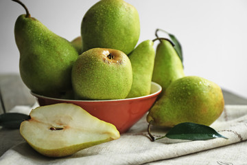 Fototapete - Delicious ripe pears on table