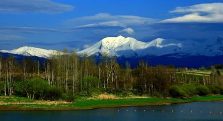 北海道、美瑛町、水沢ダムより見る十勝岳連峰の雪渓の風景