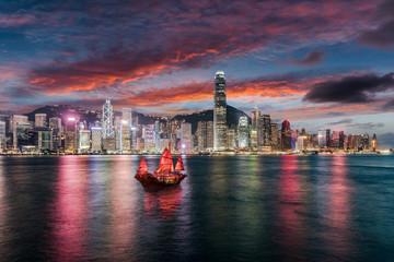 Die beleuchtete Skyline von Hong Kong und der Victoria Harbour am Abend nach Sonnenuntergang