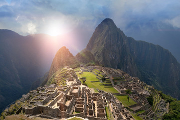 Zelfklevend Fotobehang Zuid-Amerika land Machu Picchu under sun lights