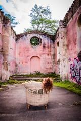 Femme dans les ruines de la chapelle de Moulin sur Cance près d'Annonay
