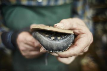 Schuster repariert der Sohle eines Schuhs