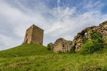 La tour d'Albon et les ruines des remparts