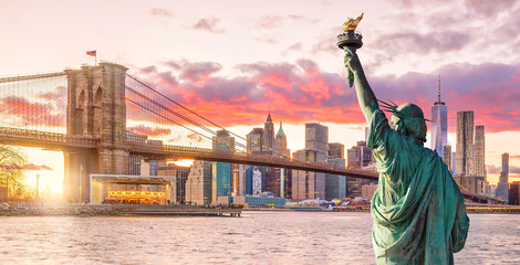 Fototapete - Statue Liberty and  New York city skyline at sunset