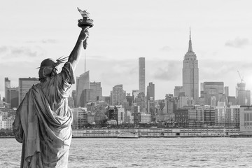 Fototapete - Statue Liberty and  New York city skyline black and white