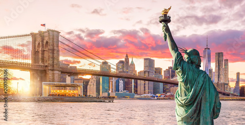 Wall mural Statue Liberty and  New York city skyline at sunset