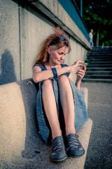 Femme sur un bac avec son smartphone au bord de la Saône à Neuville