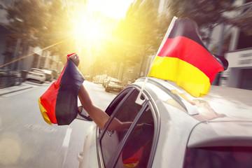 Auto mit Deutschlandfahnen
