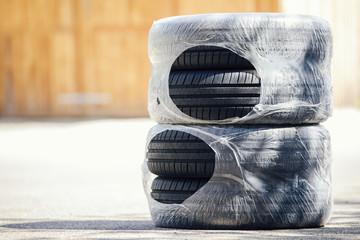 vier original verpackte Sommer-Reifen in Folie