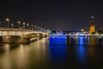 Deutzer Brücke Panorama in Köln mit dem Fischmarkt under Groß St. Martinskirche im Hintergrund