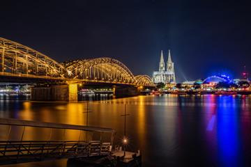 Hohenzollernbrücke, Kölner Dom und Musical Dome mit Anlegesteg für die Fähre - Panorama bei Nacht