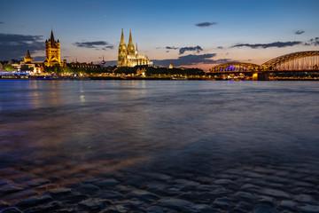 Kölner Dom und St. Martins Kirche - Panorama mit der Hohenzollernbrücke bei Nacht und blauer Stunde