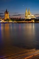 Kölner Dom - Panorama mit der Hohenzollernbrücke bei Nacht und blauer Stunde