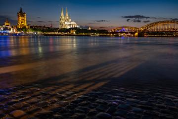 Kölner Dom - Panorama mit der Hohenzollernbrücke bei Nacht