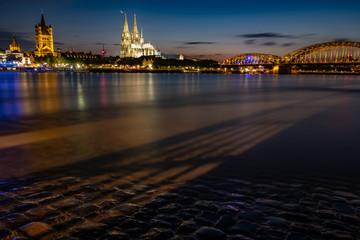 Kölner Dom und St. Martins Kirche - Panorama mit der Hohenzollernbrücke bei Nacht