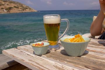 Bier und Snacks am Strand