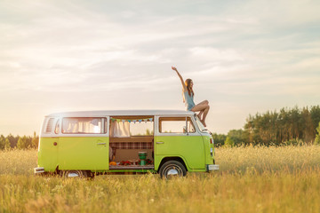 Photo sur Plexiglas Camping Young woman enjoying a roadtrip