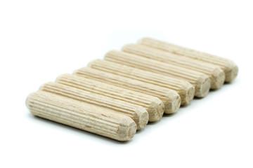 holzdübel Holzverbindung holzstift isoliert freigestellt auf weißen Hintergrund, Freisteller