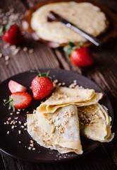 Leckere Crepes mit Schokoladen Creme Füllung und frischen Erdbeeren