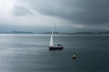 voilier dans la baie de Santander en Espagne