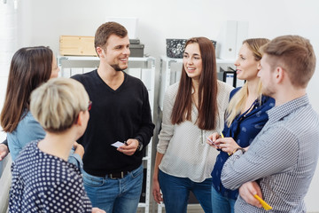 gruppe junger kollegen in einer besprechung im büro