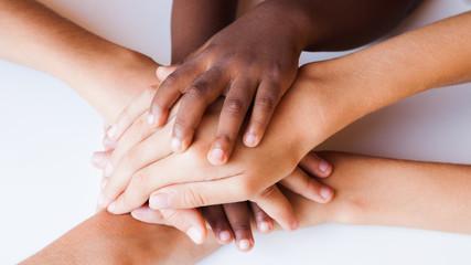 mains de toutes couleurs