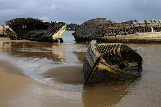 vieille épave de bateau échouée