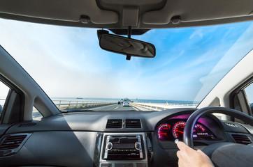 青空と海の上の高速道路