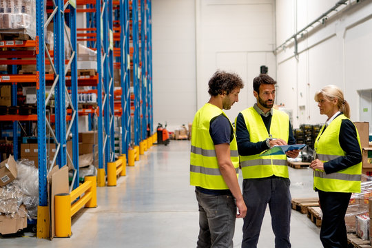 Discussion about products in warehouse