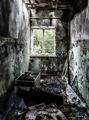 verlassener leerer Raum mit Fenster