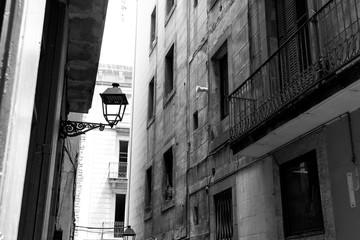 Wąska ulica w Barcelonie. Czarno-białe zdjęcie. - 209885190