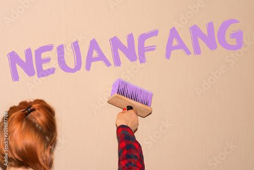 Eine Frau Malt Das Wort Neuanfang An Die Wand Stockfotos Und