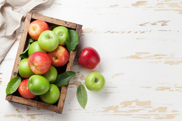 Fotorolgordijn Vruchten Green and red apples in wooden box
