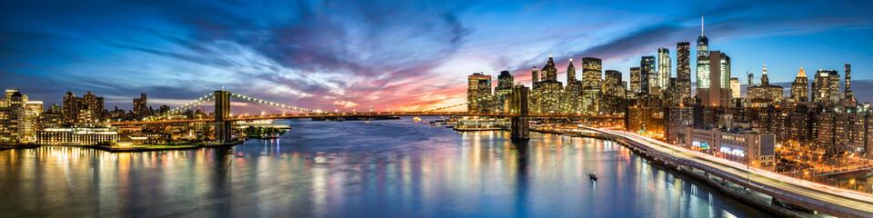 New York City Panorama bei Nacht mit Blick auf Manhattan und die Brooklyn Bridge