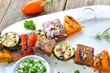 Vegan grillen: Bunte Seitan- Gemüse-Spieße vom Grill mit Soja-Kräuterdip  - Grilled skewers with mixed vegetables and seitan served with a herb soy sauce