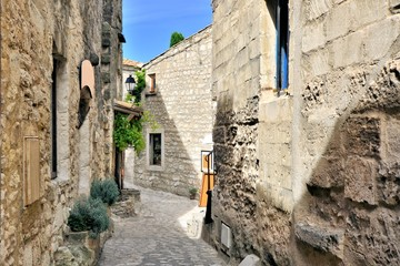 Fototapete - Rustic old street in the village of Les Baux de Provence, southern France