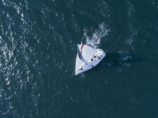 広大な海を渡る一隻のヨット